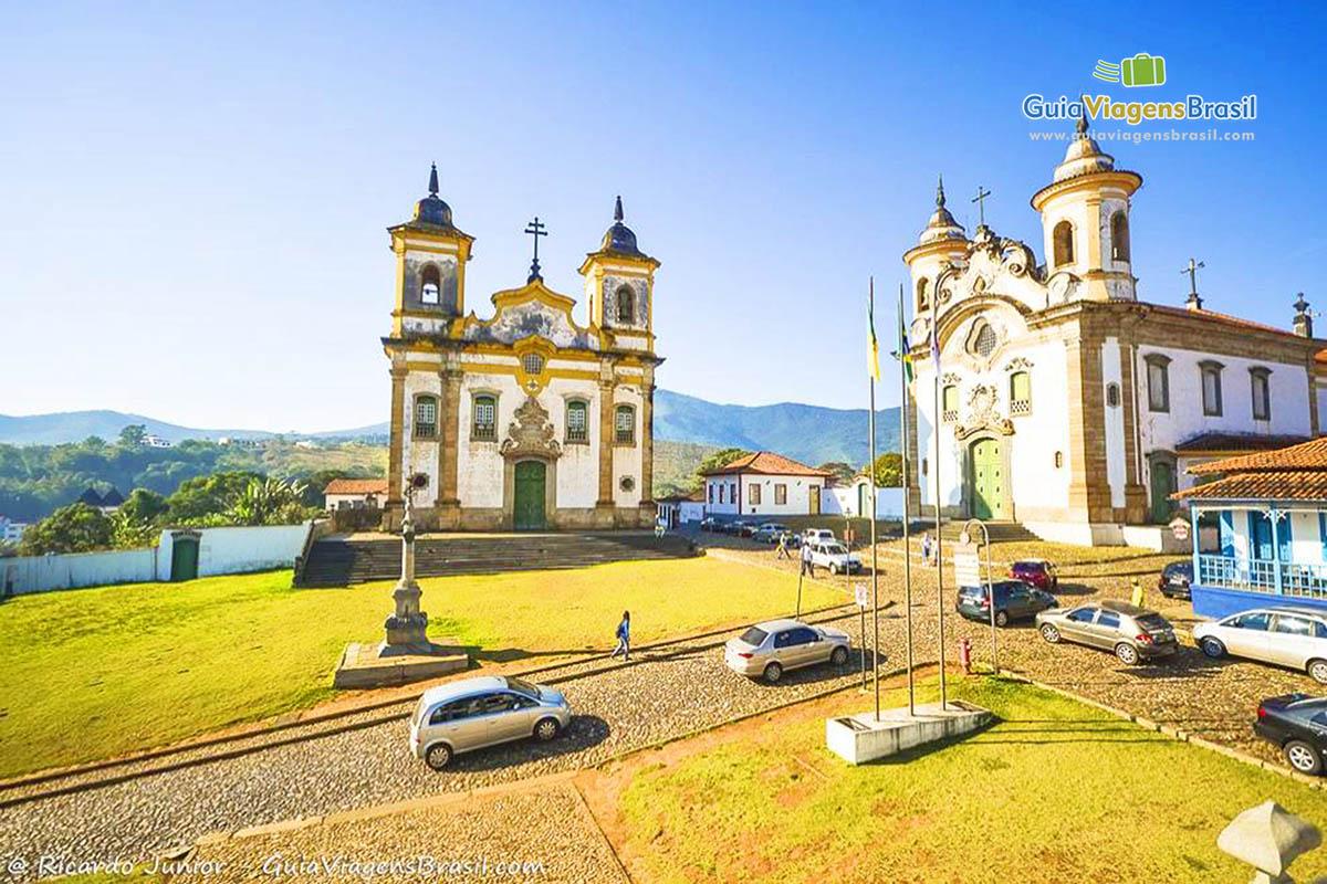 Foto da praça e igrejas de Mariana, em Minas Gerais. - Fotos de Ricardo Junior / www.ricardojuniorfotografias.com.br