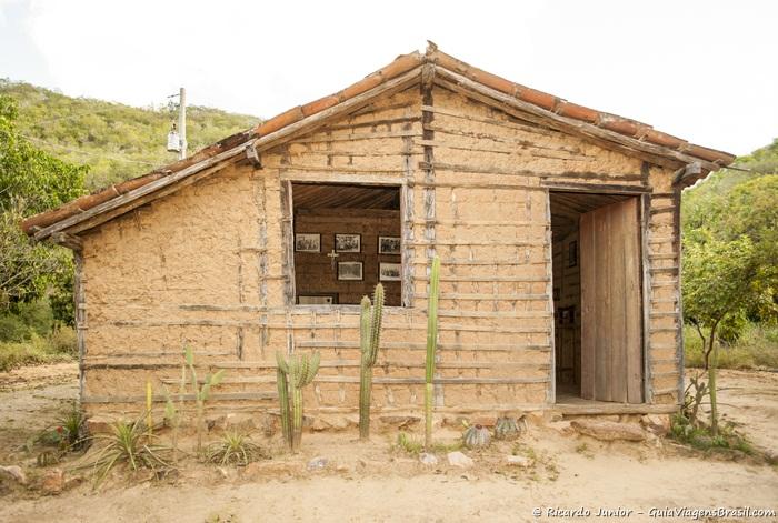 Casa de taipa que foi de um dos coiteiros de Lampião fica aberta a visitação e abriga um pequeno museu. - Photograph by Ricardo Junior /www.ricardojuniorfotografias.com.br