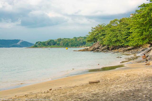 Praia do Veloso, banhos de mar e tranquilidade, em Ilhabela. Photograph by Ricardo Junior / www.ricardojuniorfotografias.com.br