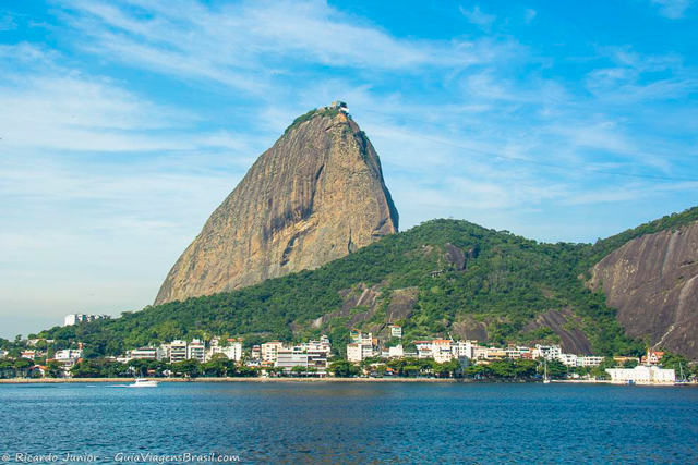 Morro da Urca, palco de um dos Réveillons mais agitados do Rio de Janeiro. Photograph by Ricardo Junior / www.ricardojuniorfotografias.com.br