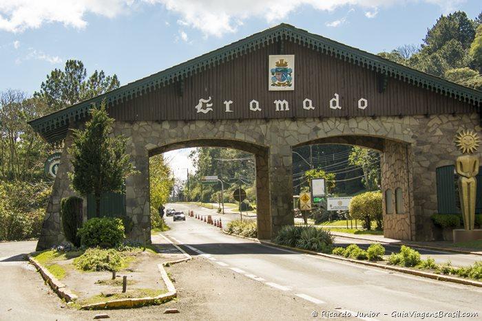 Pórtico de Gramado, no Rio Grande do Sul. -  Photograph by Ricardo Junior / www.ricardojuniorfotografias.com.br