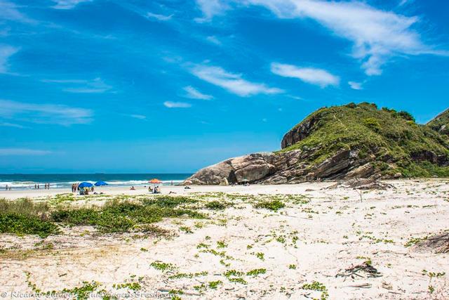 Praia Mar de Fora das Encantadas, na Ilha do Mel, no Paraná. Photograph by Ricardo Junior / www.ricardojuniorfotografias.com.br