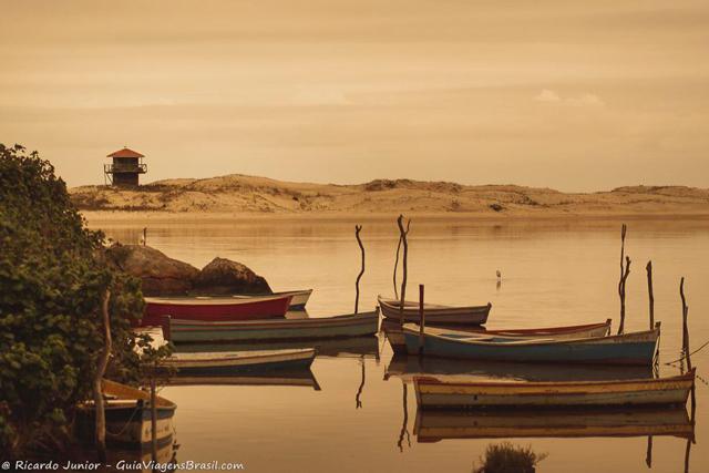 Os barquinhos dos pescadores em Guarda do Embaú, Santa Catarina. Photograph by Ricardo Junior / www.ricardojuniorfotografias.com.br