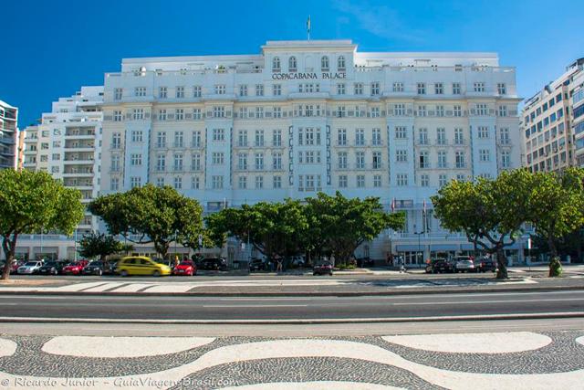Na orla em frente ao Copacabana Palace Hotel é onde se localiza o palco do Réveillon e reúne milhares de pessoas. Photograph by Ricardo Junior / www.ricardojuniorfotografias.com.br