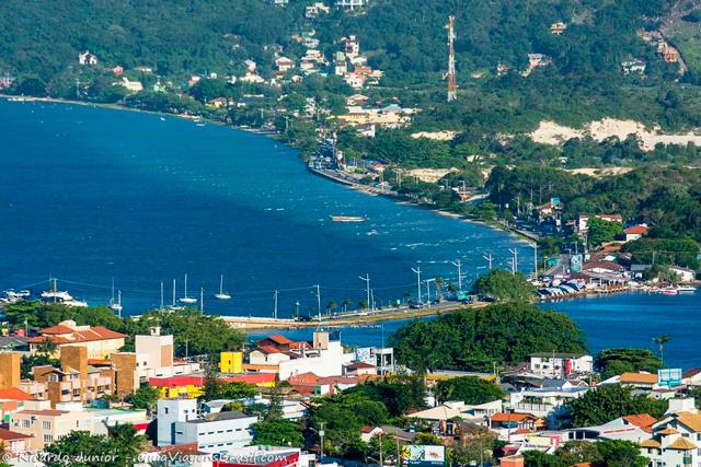 Vista do alto a Lagoa da Conceição, centro geográfico de Florianópolis. Photograph by Ricardo Junior / www.ricardojuniorfotografias.com.br