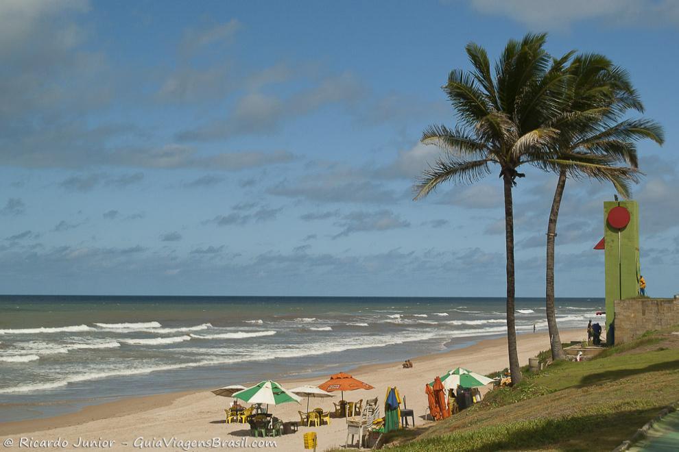 Praia de Jaguaribe, ótimas ondas para o surf, em Salvador. Photograph by Ricardo Junior / www.ricardojuniorfotografias.com.br