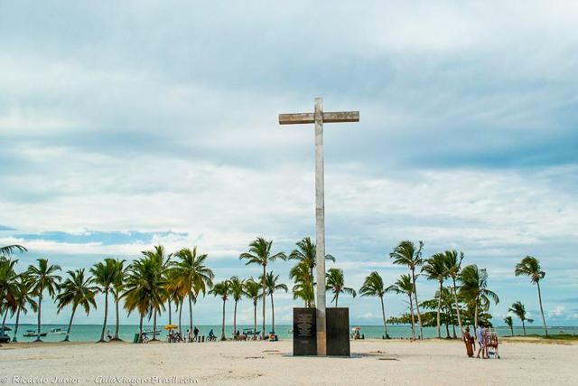 Cruz simbolizando a primeira missa rezada no Brasil, na Praia Coroa Vermelha, em Santa Cruz Cabrália, na Bahia. Photograph by Ricardo Junior / www.ricardojuniorfotografias.com.br