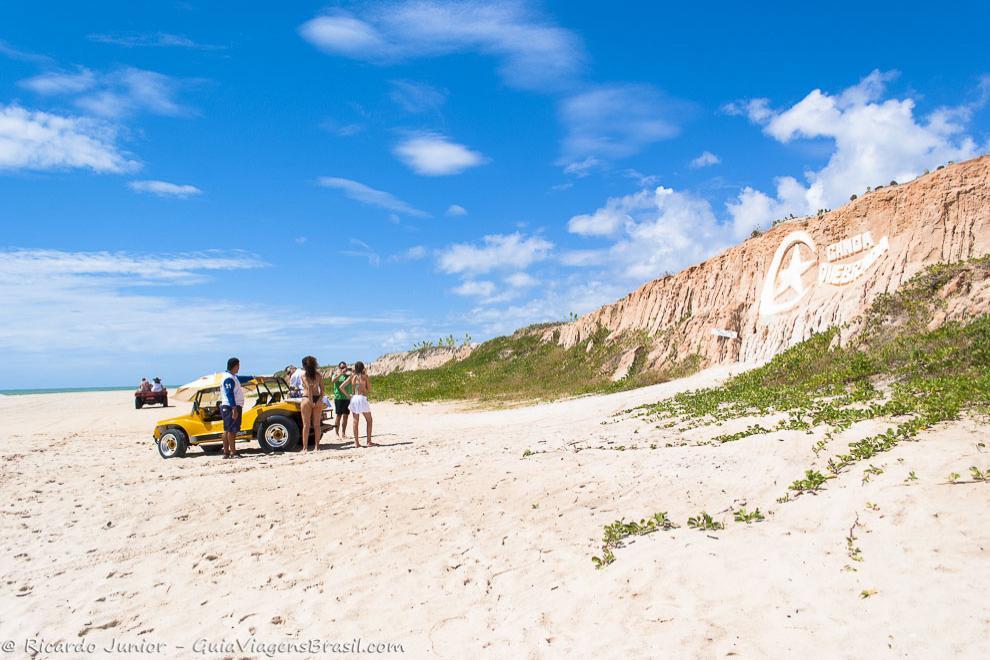 Passeio de bugue pela orla do Ceará, com parada no cartão-postal da Praia de Canoa Quebrada. Photograph by Ricardo Junior / www.ricardojuniorfotografias.com.br