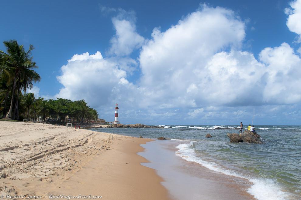 Orla da agitada Praia de Itapuã, em Salvador. Photograph by Ricardo Junior / www.ricardojuniorfotografias.com.br