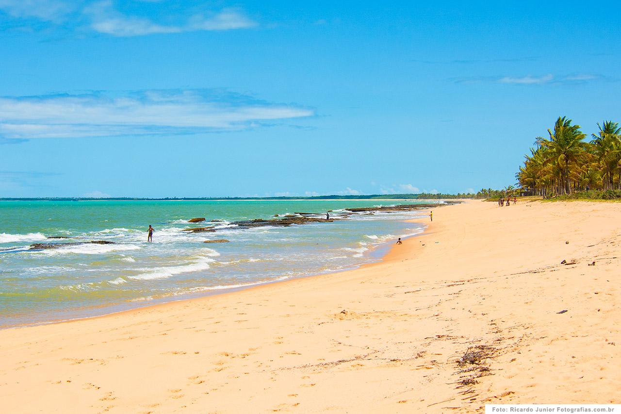 foto-caraiva-orla-da-praia-com-mar-azul-e-coqueiros