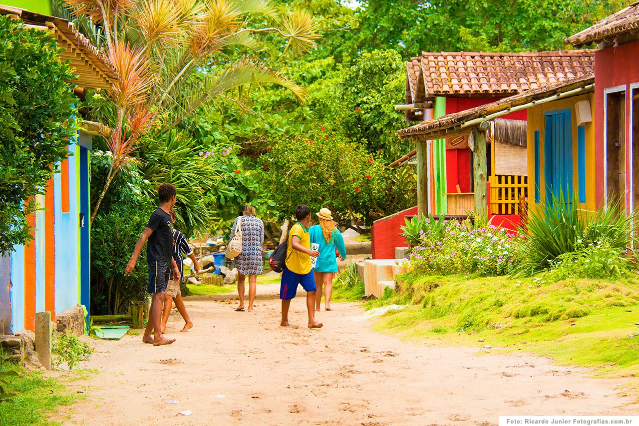 foto-caraiva-rua-do-centrinho-com-turistas-passeando