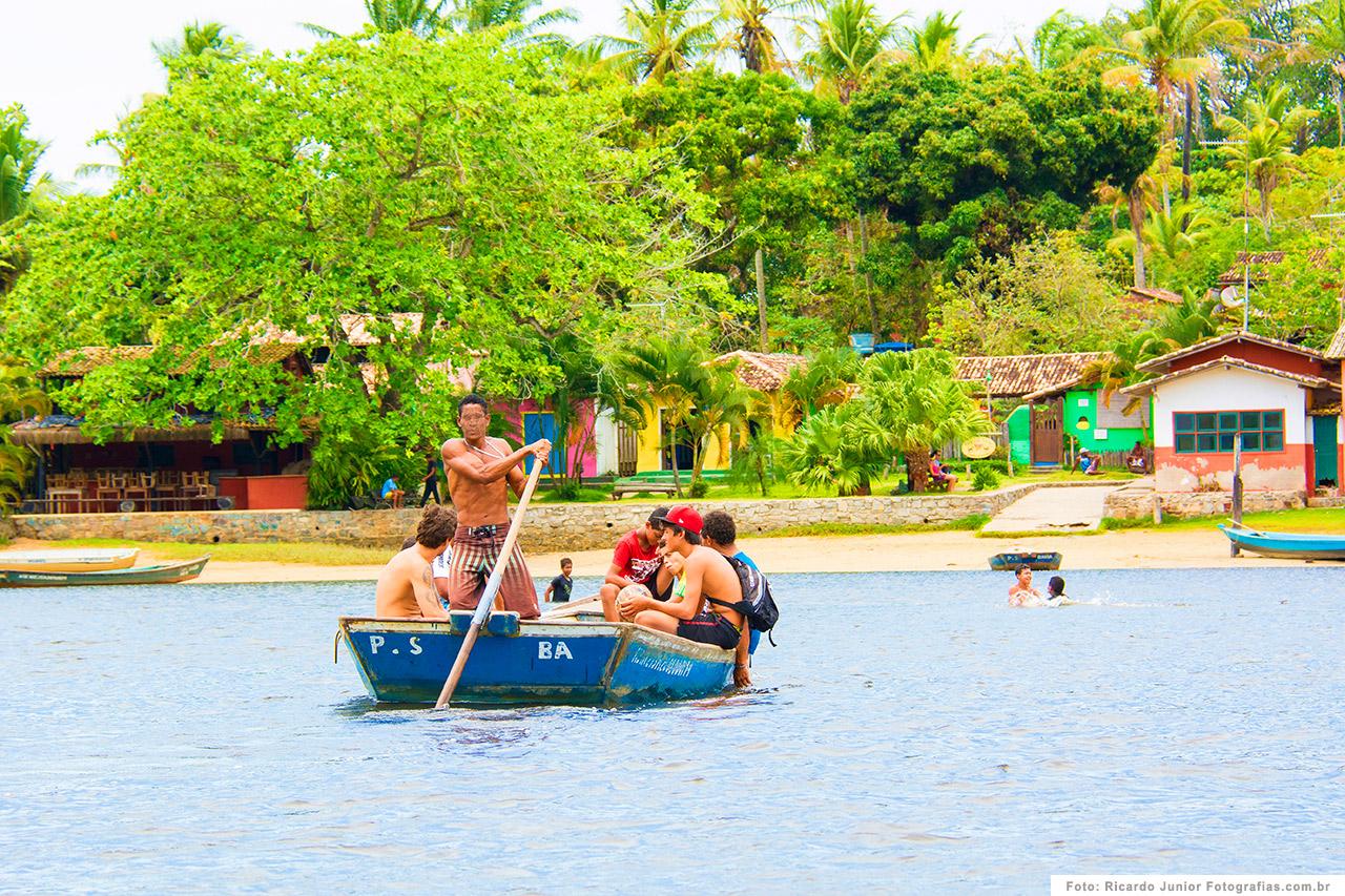 foto-caraiva-turistas-atravessando-de-barco