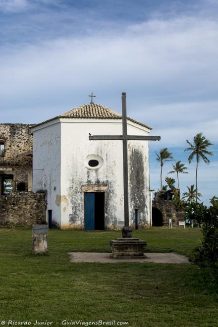 Capela ao lado das ruínas do Castelo d`Ávila, na Praia do Forte, Bahia. Fotos de Ricardo Junior / www.ricardojuniorfotografias.com.br