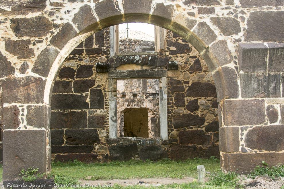 Imagem da área interna do Castelo d`Ávila, na Praia do Forte, na Bahia. Fotos de Ricardo Junior / www.ricardojuniorfotografias.com.br
