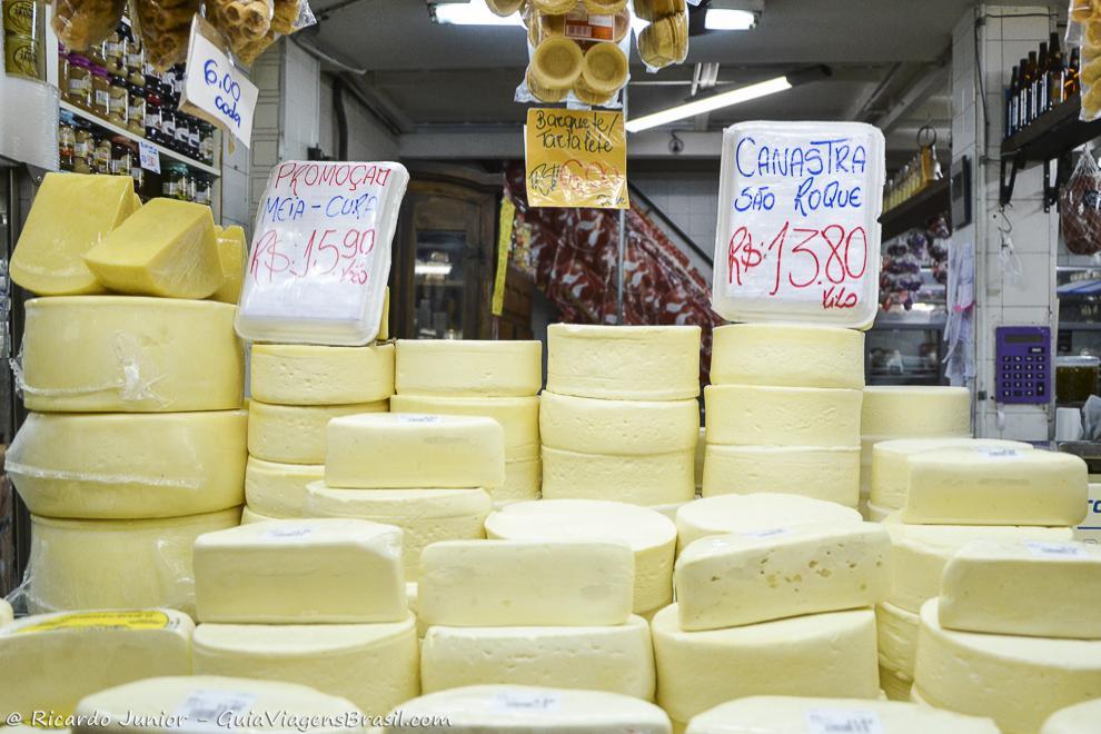 Os deliciosos queijos mineiros vendidos no Mercado Público de Belo Horizonte. Fotos de Ricardo Junior / www.ricardojuniorfotografias.com.br