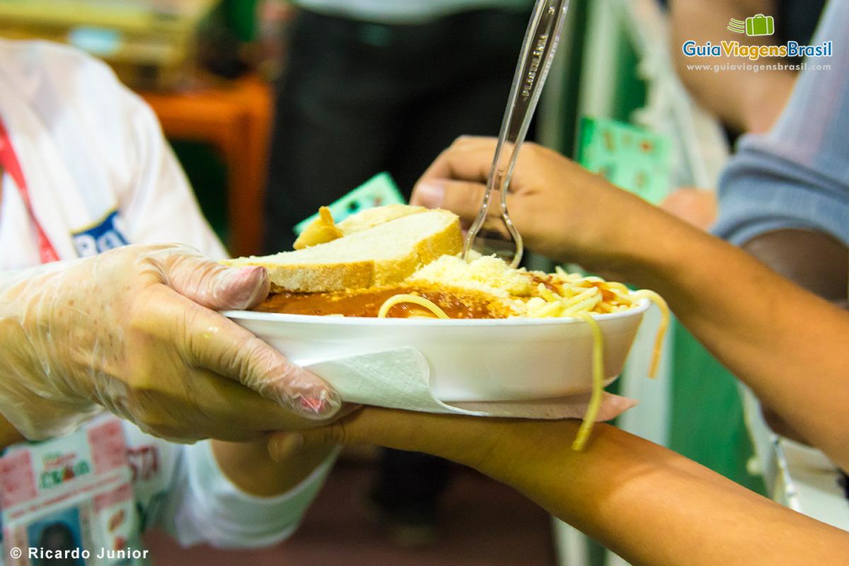 Pratos típicos italianos na Festa de Nossa Senhora Achiropita no Bixiga. - Fotos de Ricardo Junior / www.ricardojuniorfotografias.com.br