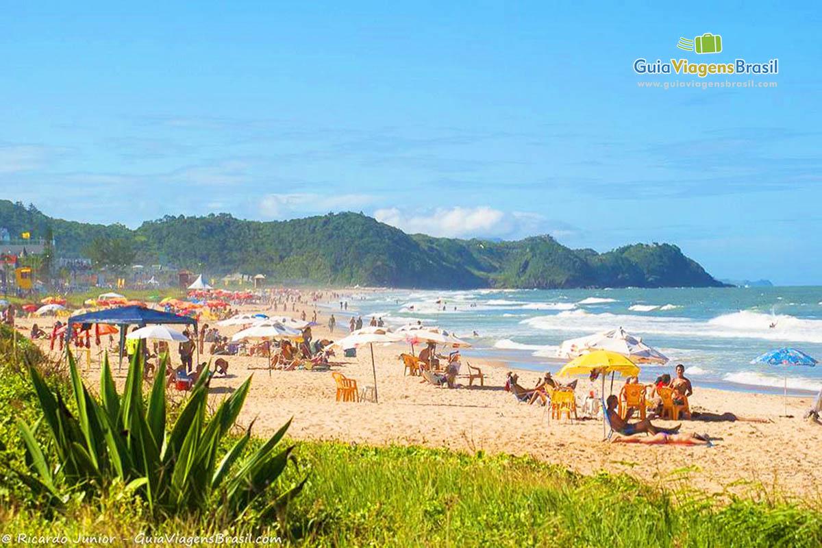 Turistas aproveitam a Praia dos Amores, em Balneário Camboriú, SC. Fotos de Ricardo Junior / www.ricardojuniorfotografias.com.br