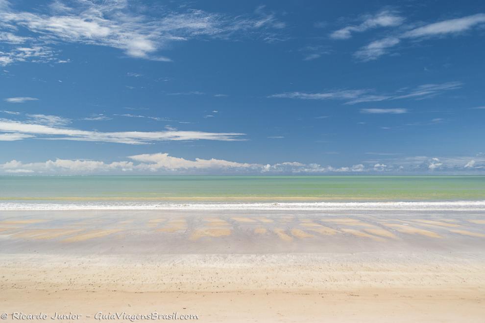 Águas transparentes em um dia ensolarado na Praia do Bessa, em João Pessoa, PB. Fotos de Ricardo Junior / www.ricardojuniorfotografias.com.br