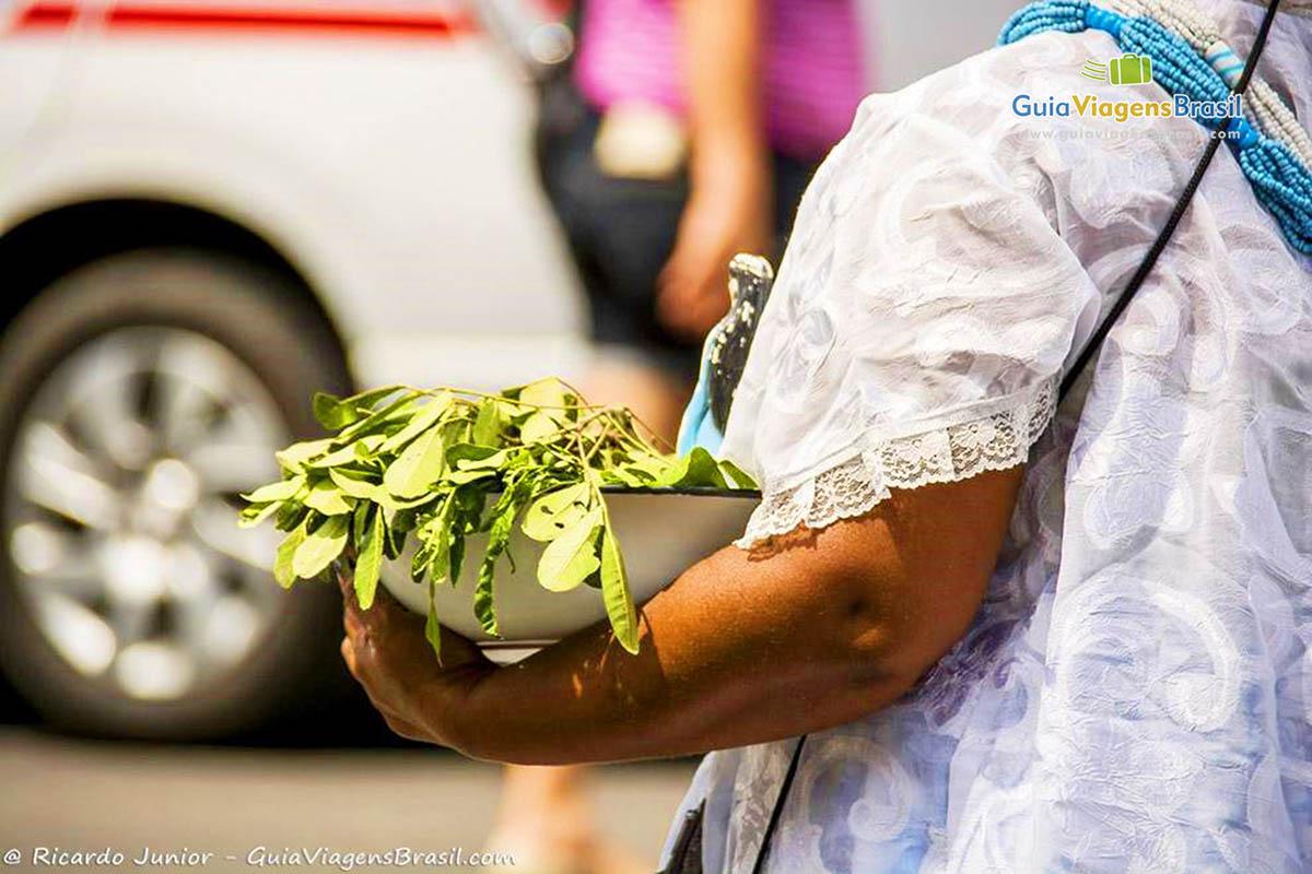 Baiana vestida tradicionalmente para a Lavagem do Bonfim, em Salvador, BA. Fotos de Ricardo Junior / www.ricardojuniorfotografias.com.br