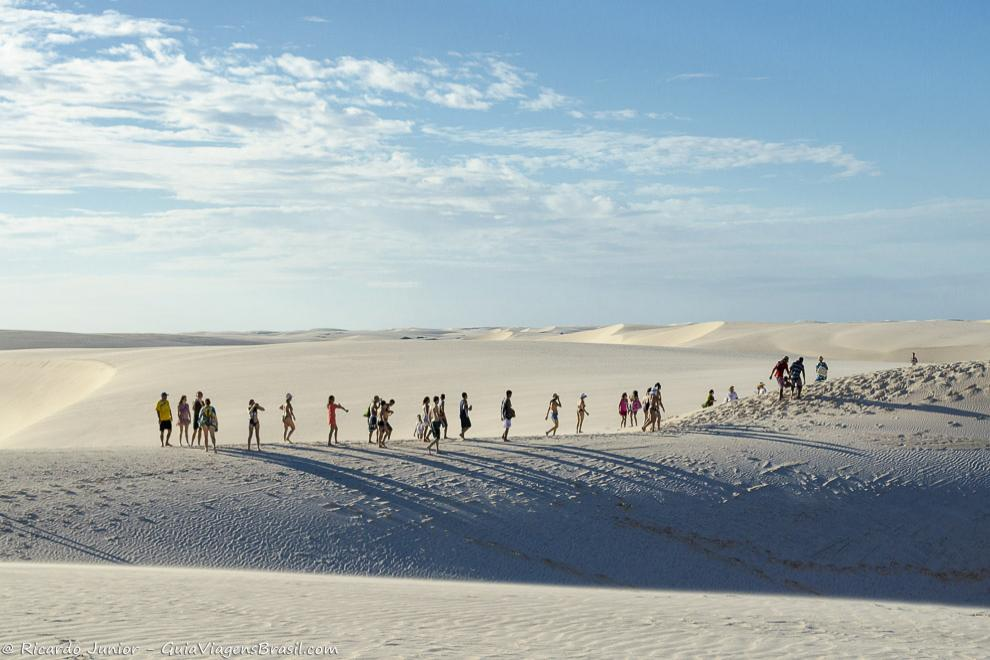Turistas caminhando pelas dunas no Circuito da Lagoa Azul, em Barreirinhas, MA. Fotos de Ricardo Junior / www.ricardojuniorfotografias.com.br