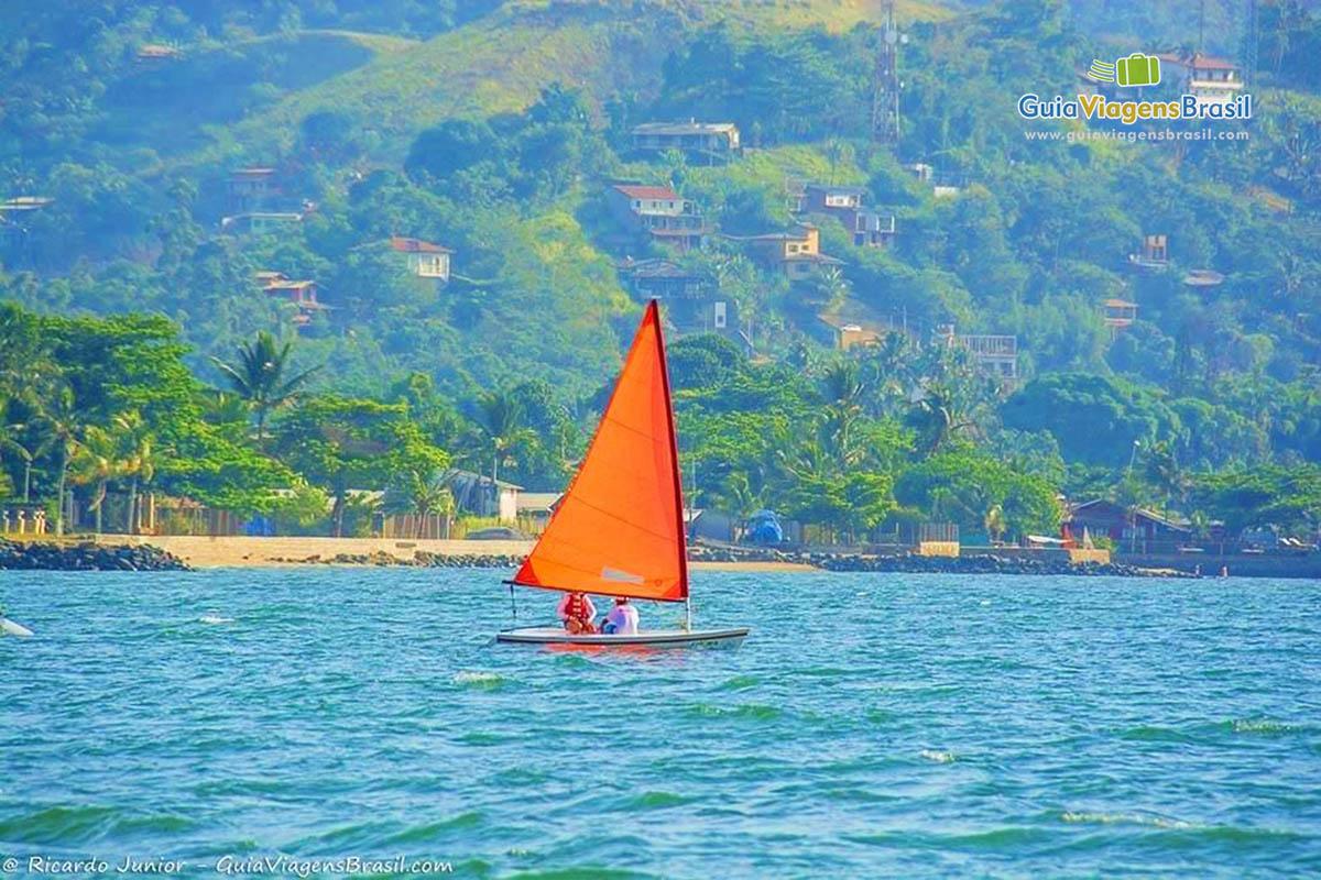 -barco-velapraia-do-pereque-ilhabela-sp