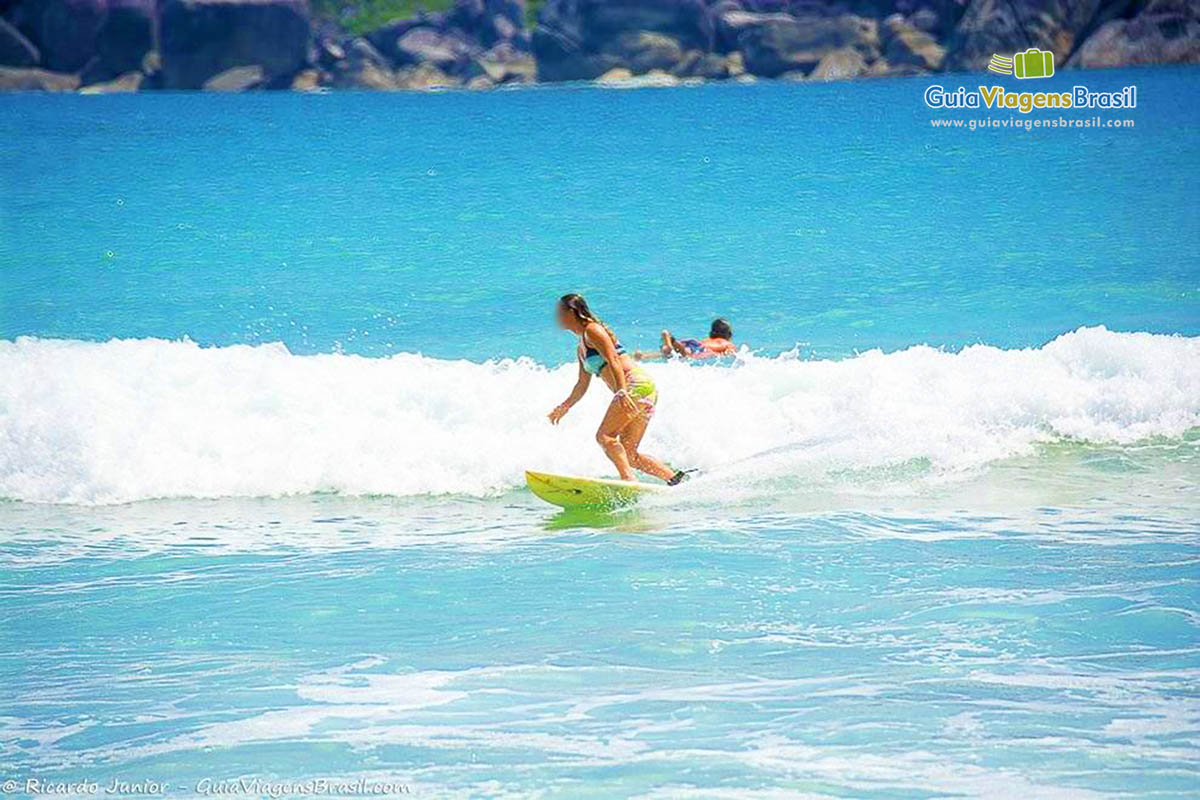 menina-surfando-praia-do-bonete-ilhabela-sp