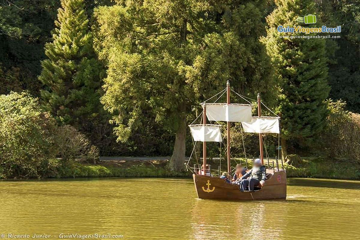 barco-pedalinho-parque-do-lago-negro-gramado-rs