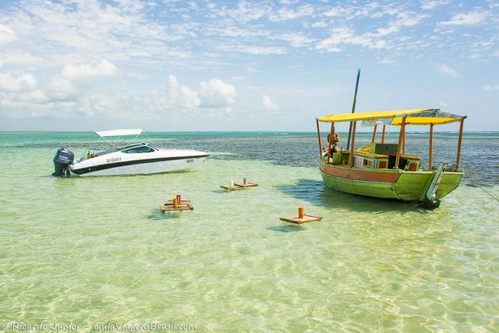 imagem-de-uma-lancha-e-barco-bar-na-piscina-natural-ilha-de-boipeba-bahia-ba