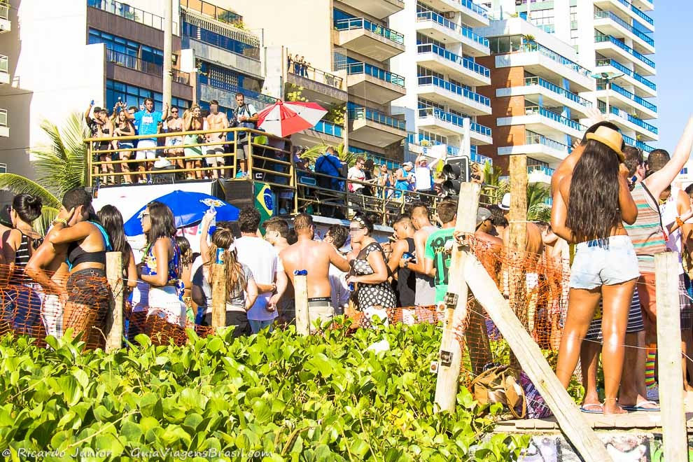 turistas-dancando-no-carnaval-rio-blocos