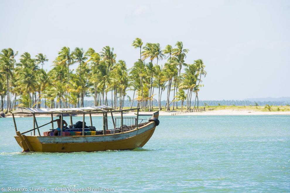Imagem de um barco de pescador e coqueiros ao fundo-Ilha de Boipeba-Bahia-BA