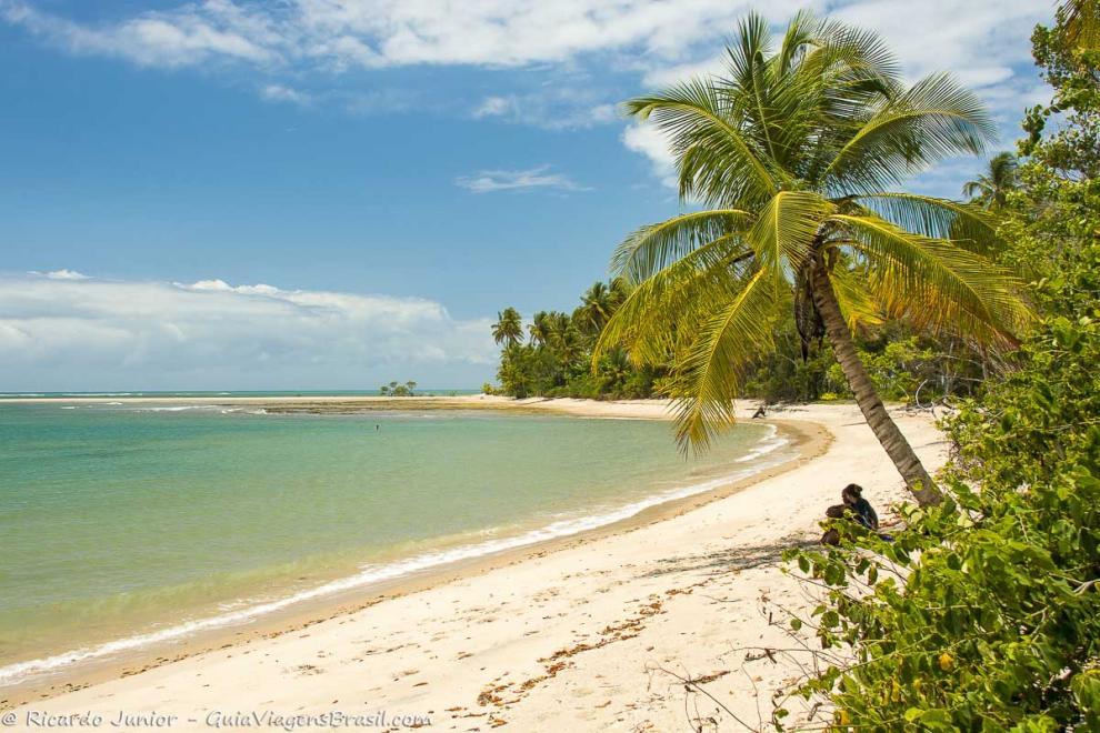 Imagem de um casal curitndo na sombra de um coqueiro-Ilha de Boipeba-Bahia-BA