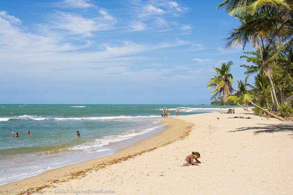 Imagem de uma menina fazendo desenhos na areia da praia-Ilha de Boipeba-Bahia-BA