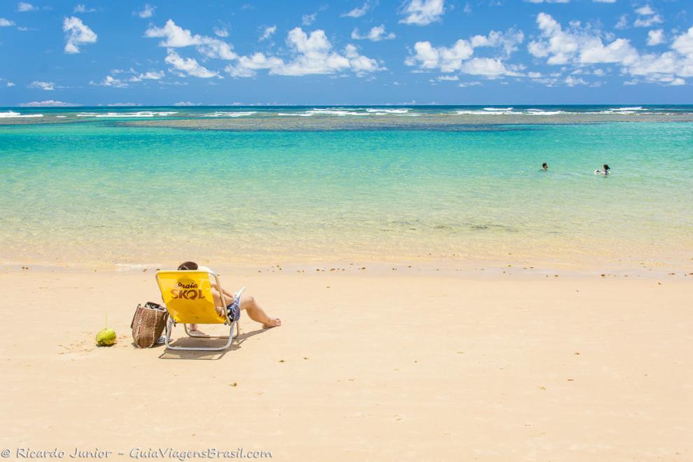 Imagem de uma pessoa na cadeira olhando o mar -Praia Taipu de Fora-Bahia-BA