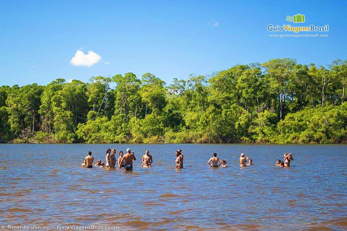 Turistas nadando no rio preguicas nos Lençóis Maranhenses