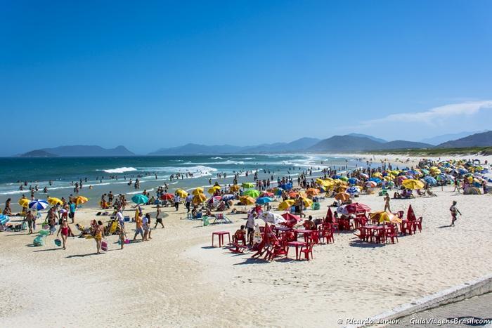 Imagem da badalada Praia Joaquina. - Photograph by Ricardo Junior / www.ricardojuniorfotografias.com.br