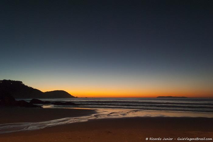 Imagem de fantástico pôr do sol na Praia Mariscal em Bombinhas. - Photograph by Ricardo Junior / www.ricardojuniorfotografias.com.br
