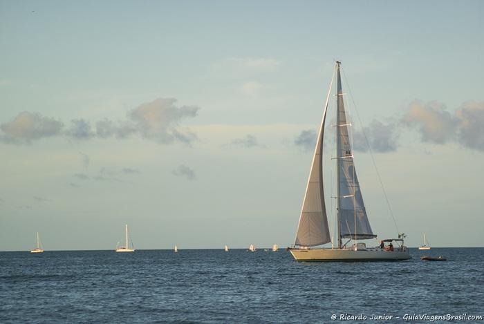 Imagem de veleiros no mar da Praia de Jurerê. - Photograph by Ricardo Junior / www.ricardojuniorfotografias.com.br
