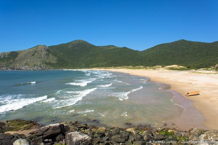 Imagem da quase deserta praia da Lagoinha do Leste. - Photograph by Ricardo Junior / www.ricardojuniorfotografias.com.br