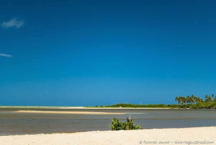 Barra de Camaragibe marca o final da Rota Ecológica, onde é possível fazer a travessia para a Praia dos Morros.- Photograph by Ricardo Junior / www.ricardojuniorfotografias.com.br