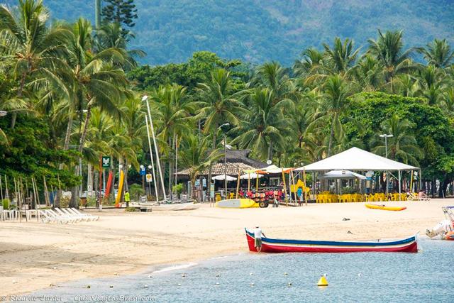 Praia do Perequê, com quiosques a beira mar, em Ilhabela. Photograph by Ricardo Junior / www.ricardojuniorfotografias.com.br