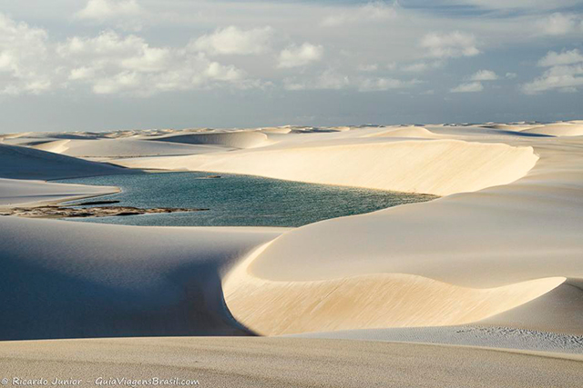 Lagoa Azul em meio às dunas dos Lençóis Maranhenses. - Photograph by Ricardo Junior / www.ricardojuniorfotografias.com.br