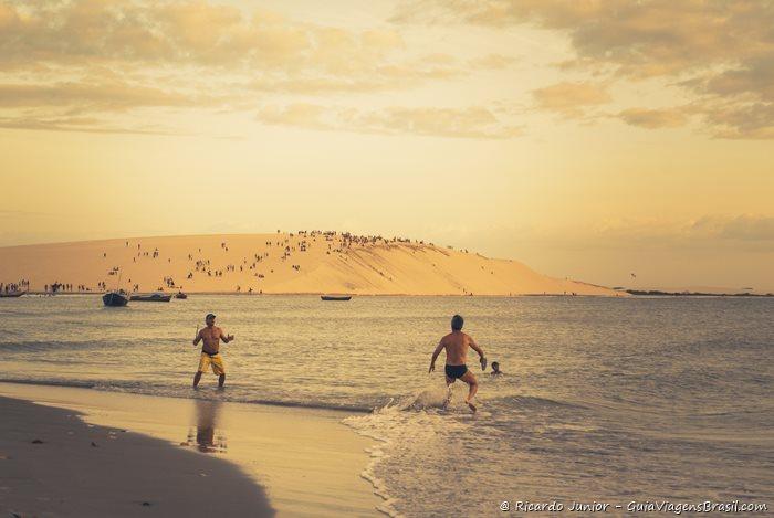 O Pôr do sol no mar visto do alto das dunas é a marca registrada de Jericoacoara. - Photograph by Ricardo Junior / www.ricardojuniorfotografias.com.br