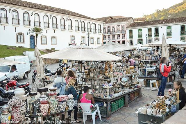 Feira de Artesanato em Pedra Sabão, em Ouro Preto. Photograph by Ricardo Junior / www.ricardojuniorfotografias.com.br