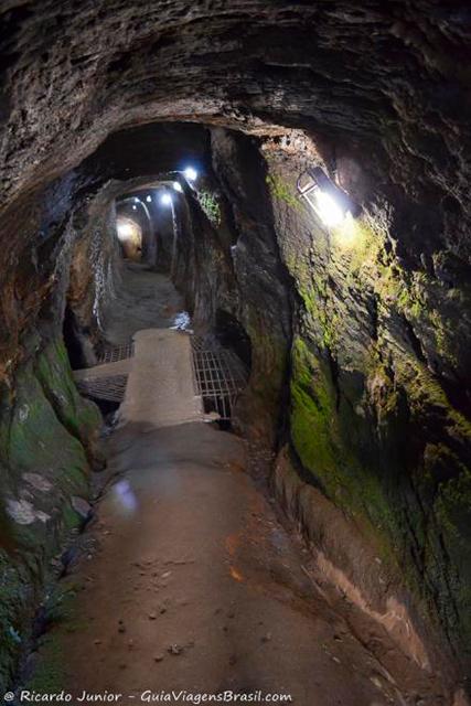 Interior da Mina de ouro do Chico Rei, em Ouro Preto. Photograph by Ricardo Junior / www.ricardojuniorfotografias.com.br