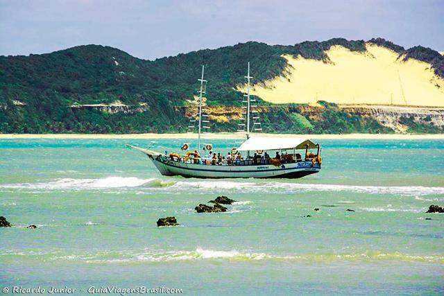 Agradável passeio de barco, com saída da Praia de Pipa, Rio Grande do Norte. Photograph by Ricardo Junior / www.ricardojuniorfotografias.com.br