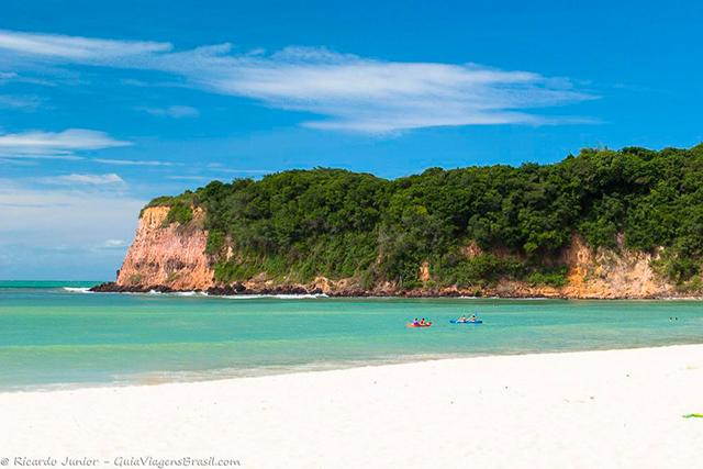 A bela e tranquila Praia do Madeiro, em Pipa, Rio Grande do Norte. Photograph by Ricardo Junior / www.ricardojuniorfotografias.com.br
