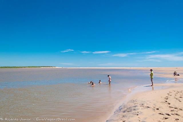Parada para banho na Ilha dos Poldros, rio e mar juntinhos, em Delta do Parnaíba, Piauí. Photograph by Ricardo Junior / www.ricardojuniorfotografias.com.br
