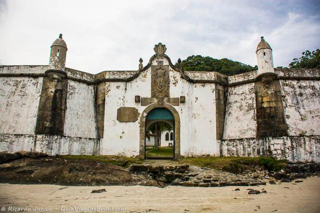 Fortaleza Nossa Senhora dos Prazeres, em Ilha do Mel, Paraná. Photograph by Ricardo Junior / www.ricardojuniorfotografias.com.br
