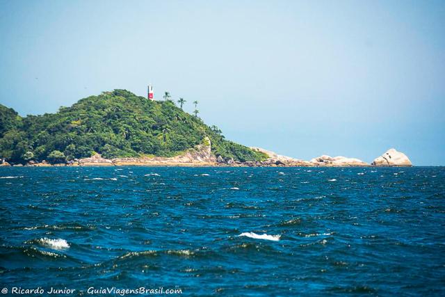 Farol visto da travessia para Ilha do Mel, no Paraná. Photograph by Ricardo Junior / www.ricardojuniorfotografias.com.br