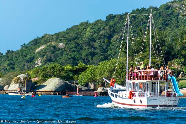 Passeio de barco pela Lagoa da Conceição, em Florianópolis. Outros ângulos para apreciar as belezas naturais. Photograph by Ricardo Junior / www.ricardojuniorfotografias.com.br